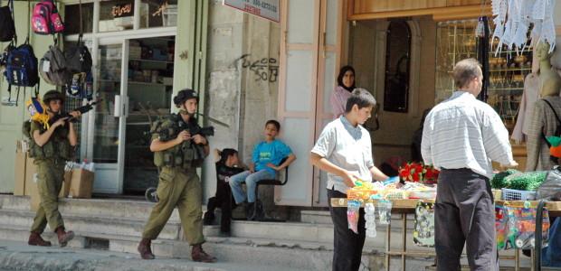 Israeli_soldiers_on_Palestine_street