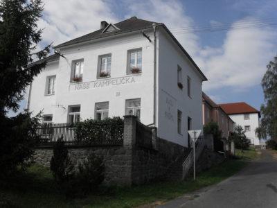 Kampelička a pošta - fotografie pořízena v obci Velký Bor.