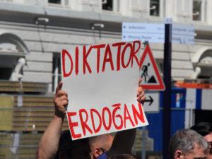 """Člověk s piketem """"Diktator Erdogan"""""""