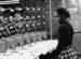 Dělnice dohlížející na 7 šicích strojů