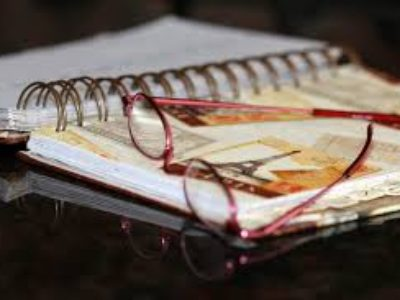 učebnice a brýle