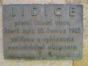 """Lidice - památná tabule """"LIDICE, pietní území obce, která byla 10. června 1942 zničena a vyhlazena nacistickými okupanty."""" Národní kulturní památka"""