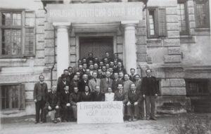 Milan Matouš v Krajské politické škole KSČ (v horní řadě vpravo, opřený o dveře) na zámečku Sokolově u Českých Budějovic, leden - únor 1949