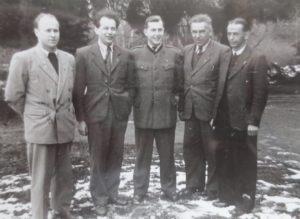 Milan Matouš ve 2. polovině 40. let v uniformě studenta Vyšší lesnické školy v Písku (uprostřed)