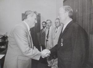 Ideologický tajemník ÚV KSČ Jan Fojtík předává Milanu Matoušovi 8. července 1988 Řád Vítězného února